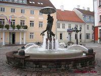 памятник целующимся студентам в Тарту