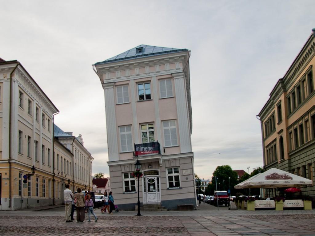 падающий дом в Тарту