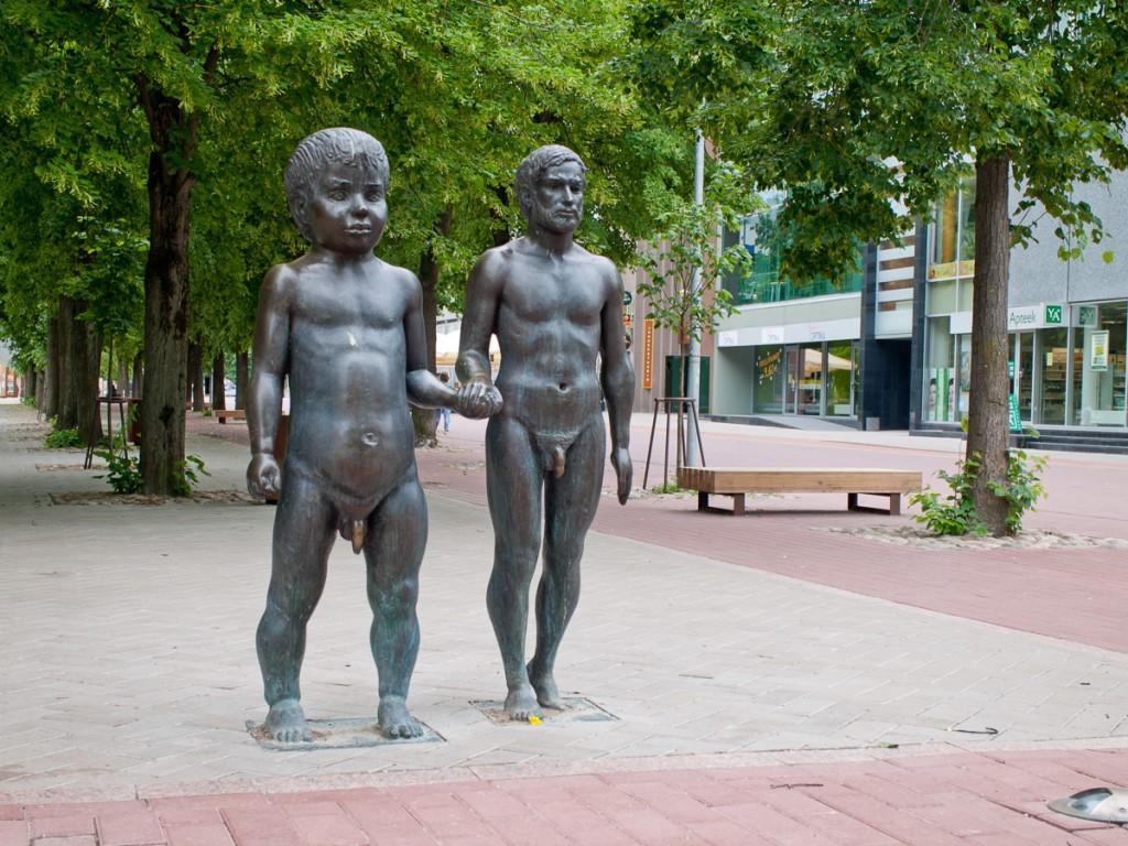 скульптура отец и сын в Тарту