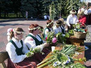 Плетение венков на Лиго и Янов день