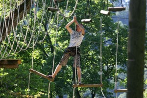 Человек на атракционе парка Тарзан