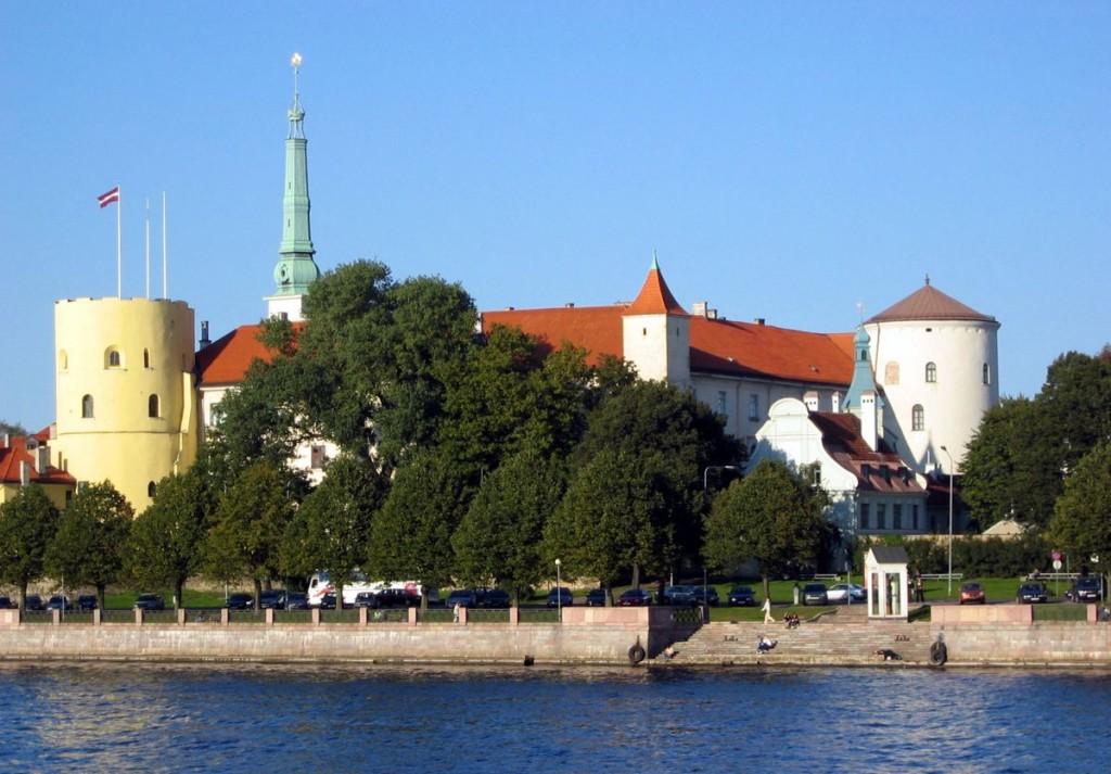 Изображение рижского замка вид с набережной