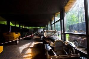 изображение старинных машин в музее в юрмале