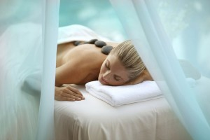 Фото - молодая женщина отдыхает в одном санаториев Литвы