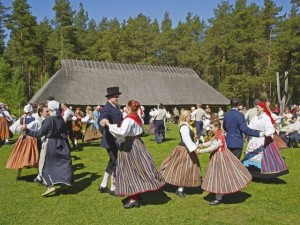 Жители Эстонии в национальных костюмах