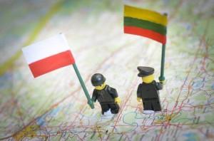 Игрушечные человечки со флагами Литвы и Польши