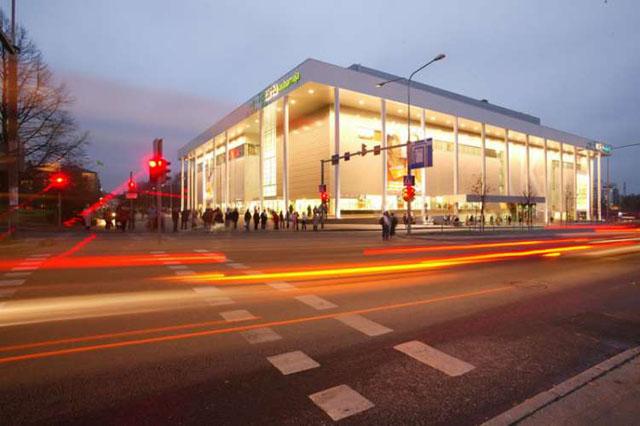 Кaubamaja - здание торгового центра в Тарту