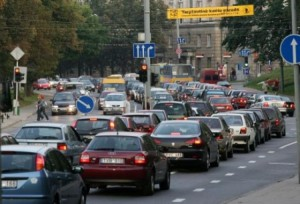 автомобили на дороге в Литве