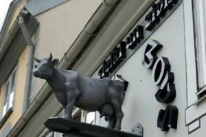 муляж коровы на фасаде ресторана